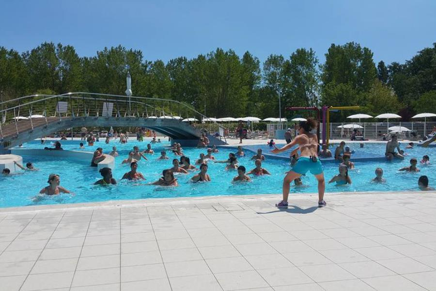 Camping village park adriano italie for Animation piscine